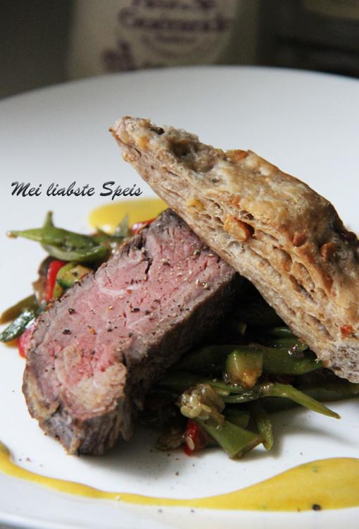 Filet-Steak, gedünstetes Gemüse und würzige Senf-Sauce