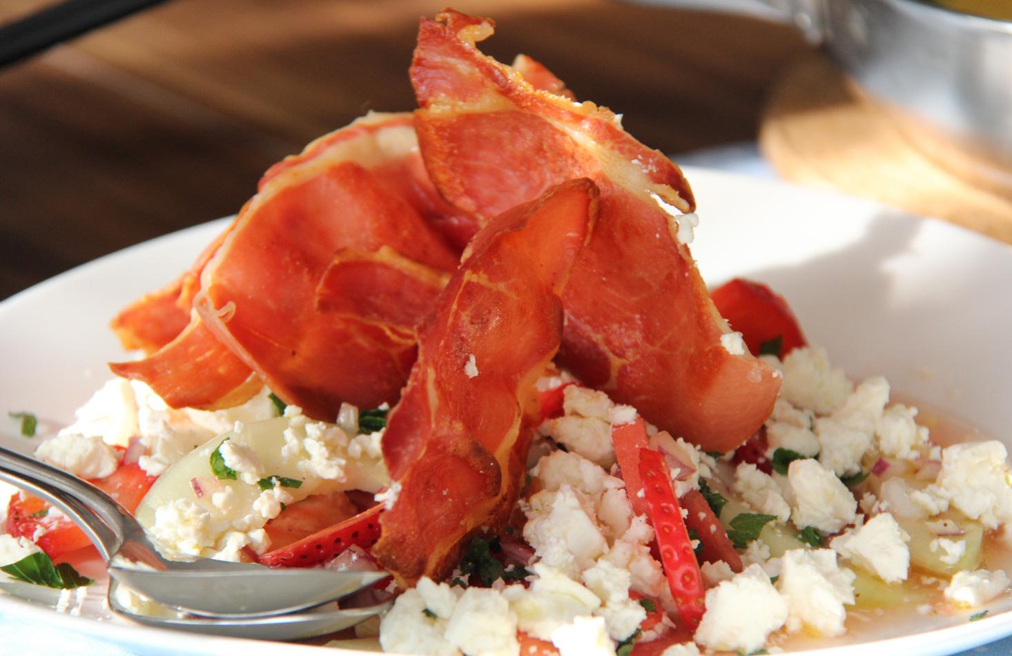 Melonen-Erdbeer Salat mit Prosciutto und Feta