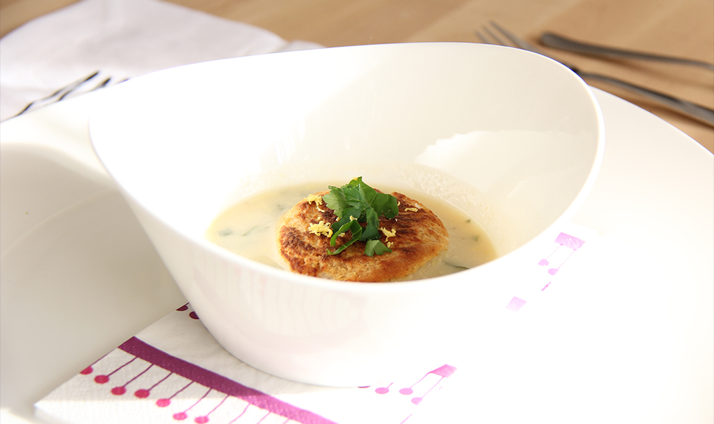 Kräuterschaumsuppe mit Ziegenkäse-Brotraviolo