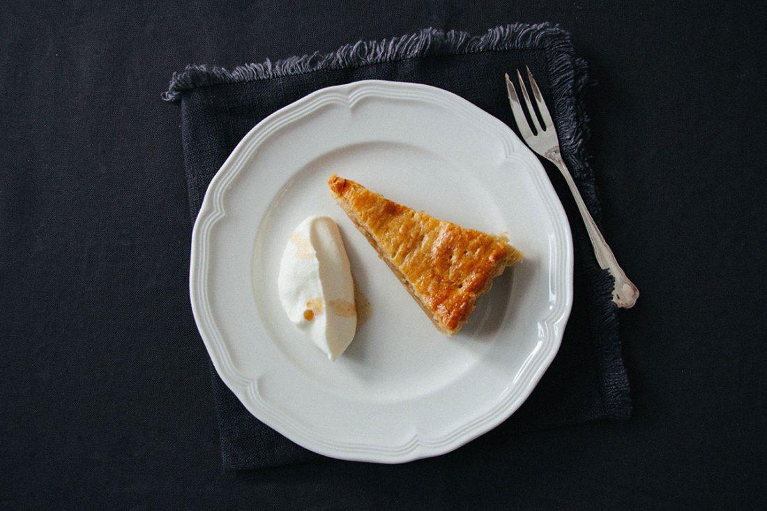 Gedeckter Apfelkuchen aus Topfen-Blätterteig