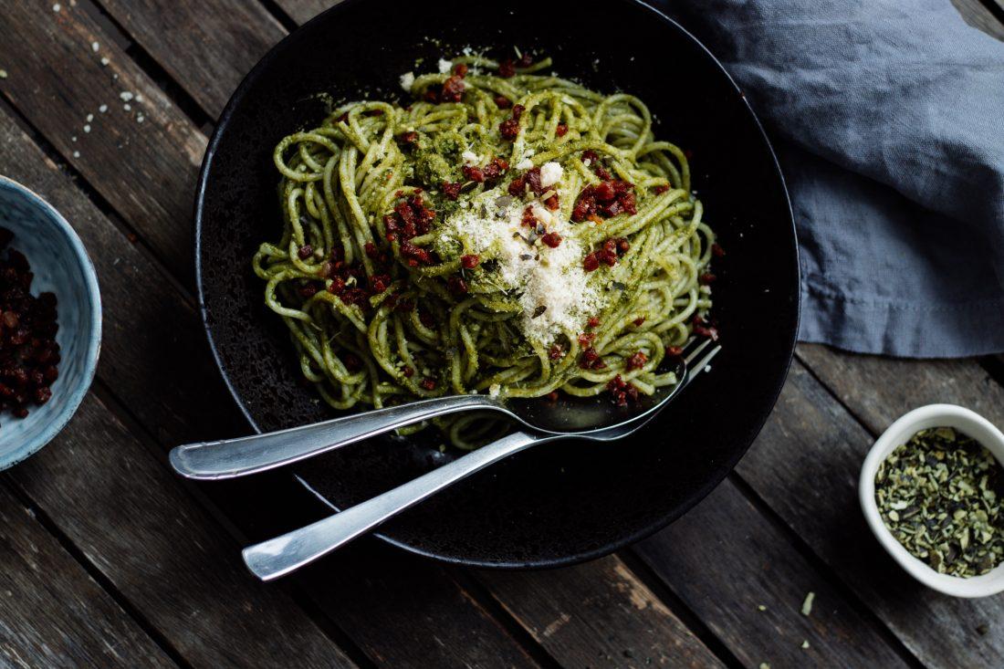 Bärlauch-Spinat-Spaghetti mit Speck-Croutons